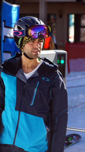 Entourage's Adrian Grenier dressed like a pro when he hit the slopes.